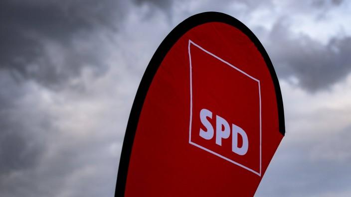 22.08.2020 - Kevin Kühnert in Hiddenhausen: Fahne der SPD. , Eilshausen Nordrhein-Westfalen Deutschland *** 22 08 2020 K