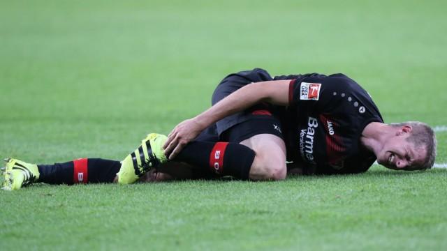 Lars Bender 8 Bayer 04 Leverkusen verletzt mit Schmerzen am Boden Bayer 04 Leverkusen vs FC Au