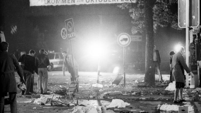 Oktoberfestattentat München 1980, der Tatort, zugedeckte Leichen am Tatort