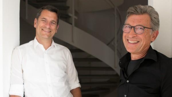 Axel Nauert (schwarzes Hemd) und Oliver Specht haben ein Buch darüber geschrieben, wie Unternehmen nachhaltig wirtschaften können.