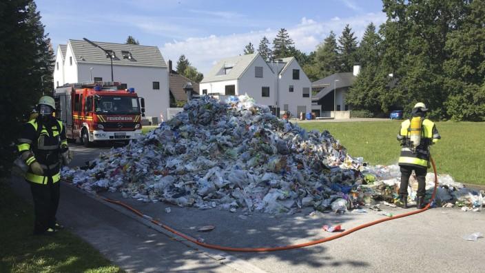 B5590_2020; Lkw entlädt Müll auf der Von-Erckert-Straße in Trudering