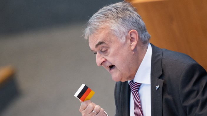 NRW-Innenminister Herbert Reul (CDU) spricht im Landtag über Rechtsextremismus bei der Polizei