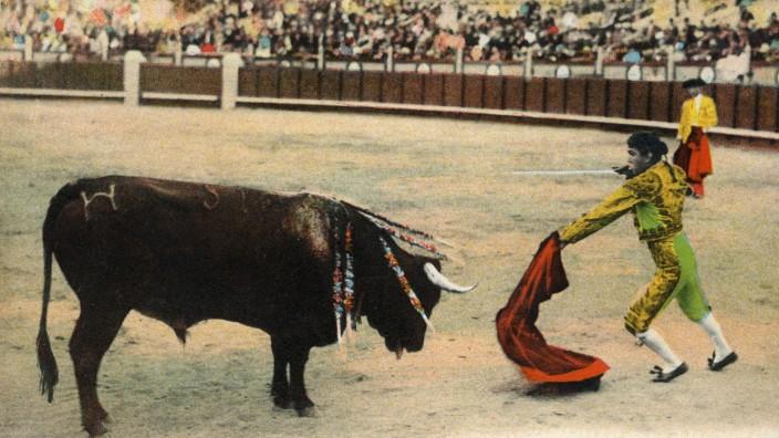 CORRIDA Corrida de Toros. Estocada a volapie. Photographie anonyme pour une carte postale espagnole vers 1905. Credit :