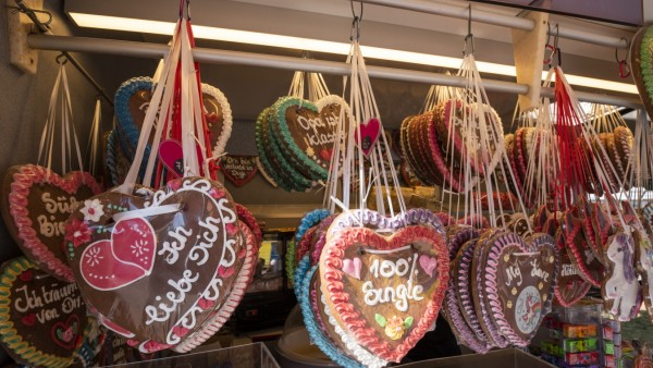 Unterhaching, Bürgerfest, nicht ganz plastikfrei, die Lebkuchenherzen sind aber in Folien aus Maisstärke eingepackt,
