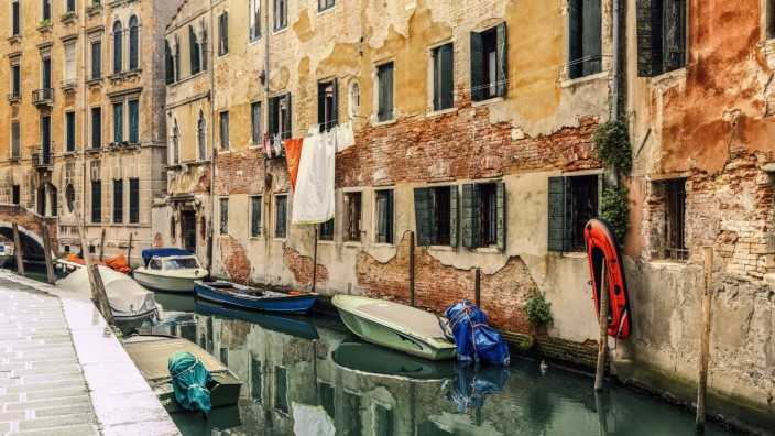 Italy Venice alley and boats at canal PUBLICATIONxINxGERxSUIxAUTxHUNxONLY CSTF01362