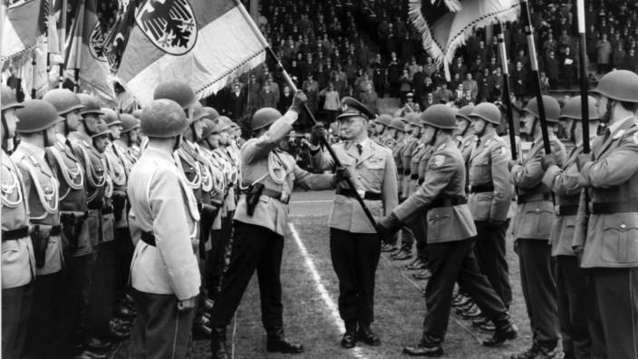 Bundeswehr: Heeres-Bataillone erhalten 1965 ihre Truppenfahne