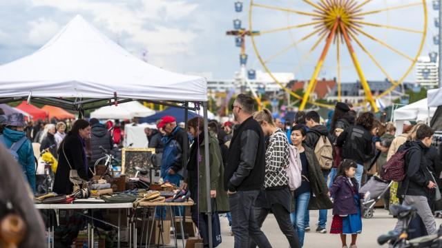 Trödeln in München: Ein Übersichtsbild zeigt den Flohmarkt am Samstag, den 27. April 2019 auf der Theresienwiese in München (Oberbayern). Im Hintergrund das Riesenrad des Frühlingsfests.