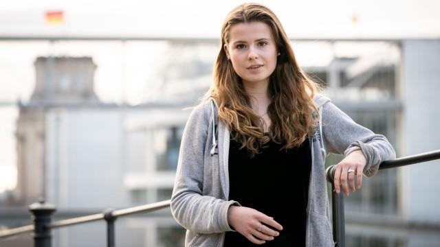 Luisa Neubauer, 25, kommt aus Hamburg, wo sie 2014 Abitur machte. Danach arbeitete sie in Tansania für ein Hilfsprojekt und in England auf einem Biobauernhof. Im Sommer 2020 hat sie in Göttingen ihren Bachelor in Geografie abgelegt. Sie ist Mitglied der Grünen und Aktivistin an der Front von Fridays for Future. Aus der Bewegung eine Partei zu machen, lehnt sie ab.