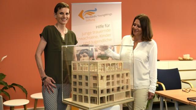 München: Die Vorstandsvorsitzende der Nicolaidis-Young-Wings-Stiftung Martina Münch-Nicolaidis (links) und Stiftungsvorstand Lana Reb präsentieren das Modell ihres neuen Gebäudes.