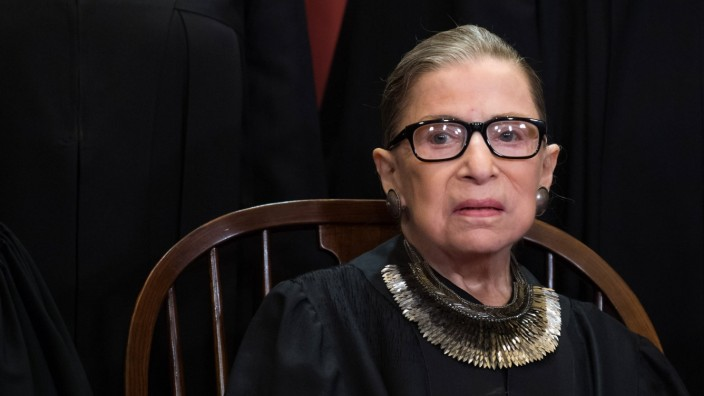 La cour supreme Americaine. Associate Justice of the Supreme Court Ruth Bader Ginsburg poses during the official Suprem