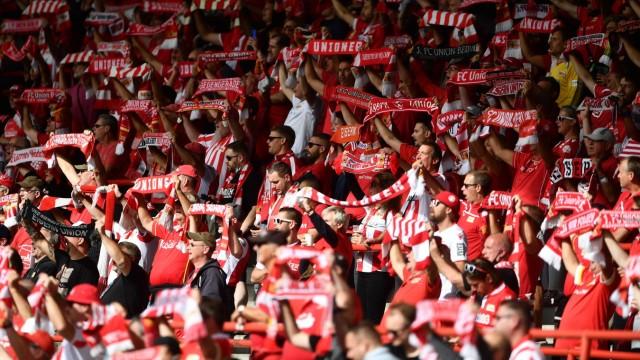 Union-Fans auf der Tribüne mit ihren Fan-Schals 1. FC Union Berlin - FC Augsburg 1.Bundesliga 2020/2021, Saison 2020/20