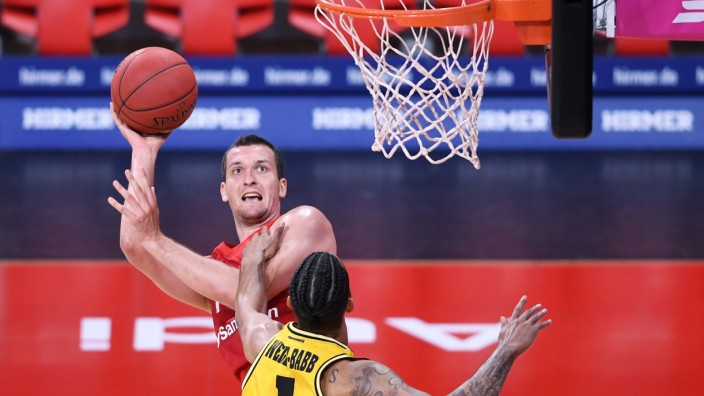 Basketball Finalturnier 2020: Viertelfinale Spiel 2 17.06.2020 FC Bayern Muenchen - MHP RIESEN Ludwigsburg Paul Zipser (; Basketball