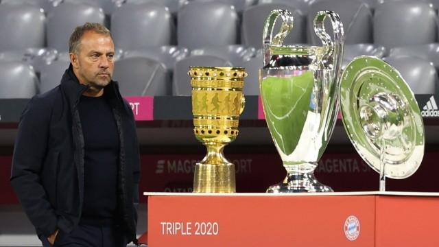 FC Bayern: Trainer Hansi Flick mit den gewonnenen Pokalen der Vorsaison