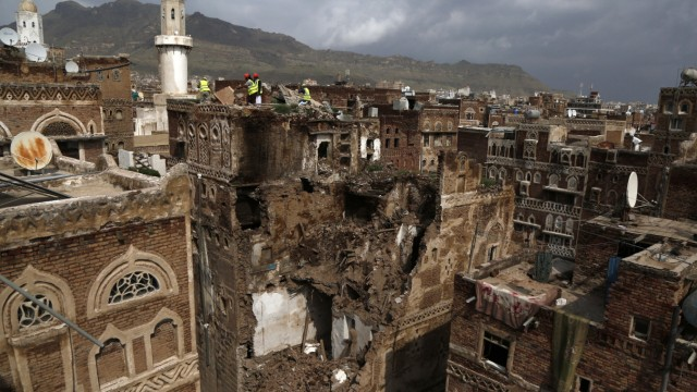 (200807) -- SANAA, Aug. 7, 2020 (Xinhua) -- Workers inspect the ruins of a historic building after it collapsed due to d