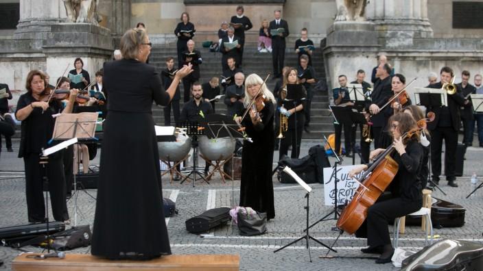Mozart Requiem am Odeonsplatz. Erreichen möchten die Musiker, dass wieder Publikum in den Konzertsälen, Theatern und Kirchen zugelassen werden.