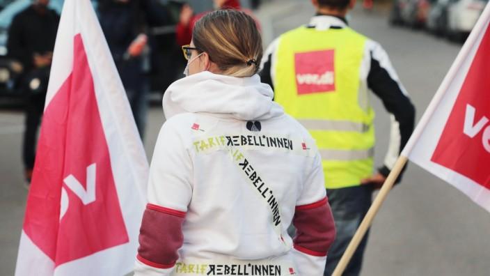 Warnstreiks im öffentlichen Dienst: Teilnehmerin in Augsburg