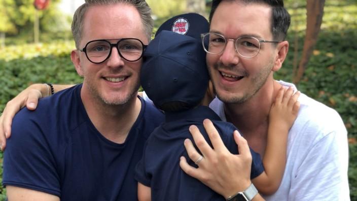 Schwule Väter: Seit zwei Jahren eine Familie: Christian (rechts) und Bjoern Heuring mit Sohn Lukas, fast 3, und Hund.