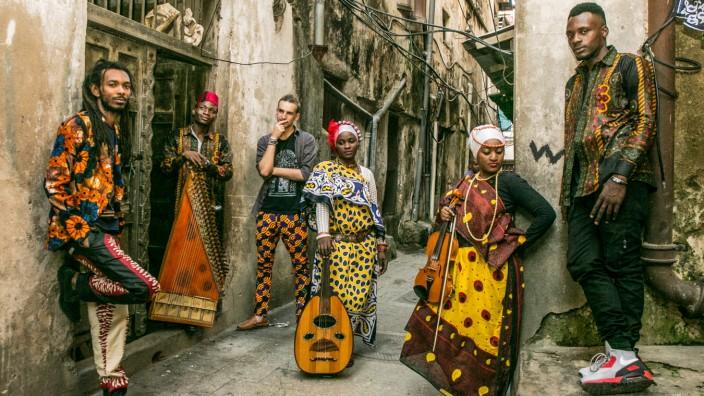 Thema: Sansibar Funk - Stone Town Studio Crew (ganz links: Mash Marley, dritter von links: Lorenz Herrmann, vierter von links: Siti Amina, ganz rechts: Zenji Boy) Credit: Moshyn Jumanne Online: Ja Honorar: Nein