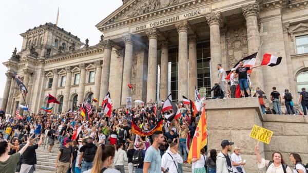 Protest gegen Corona-Maßnahmen am Reichstagsgebäude