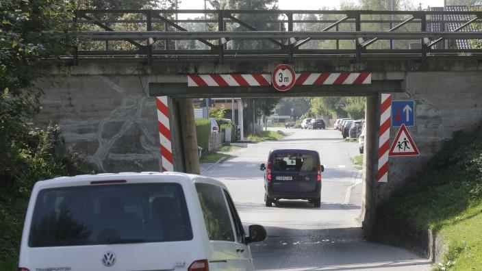 Marzling: Das Landratsamt sieht keine Voraussetzungen für Tempo 30 auf der Isarstraße in Marzling. Tatsache ist aber, dass es eine enge Straße ohne Gehwege ist und hier an schönen Tagen sehr viele Radfahrer unterwegs sind.