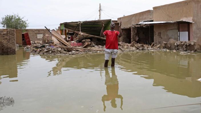 Hochwasser und Hunger: Wenn das Wasser steht, so wie hier 35 Kilometer südwestlich der Hauptstadt Khartum, droht der Ausbruch von Durchfallerkrankungen sowie Dengue-Fieber.