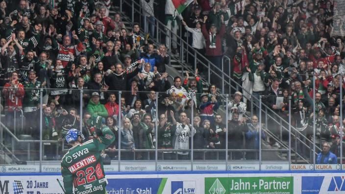 Scott Valentine Augsburger Panther 22 dankt den Zuschauern Augsburger Panther Red Bull Muench; Eishockey