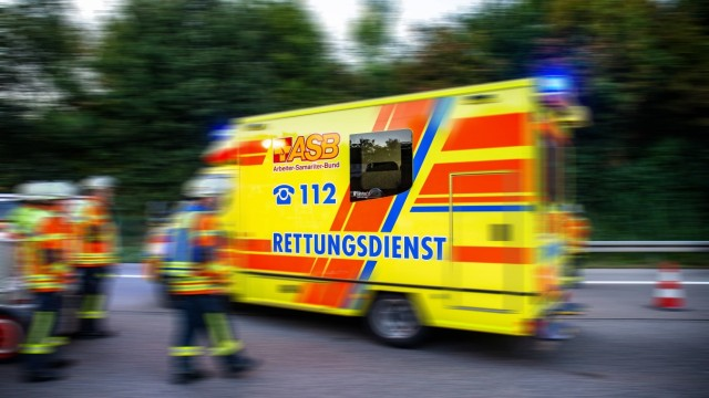 Impressionen aus dem Rettungsalltag. 12.09.2019: Symbolbild ein Rettungswagen von der Seite im Einsatz auf der Autobahn