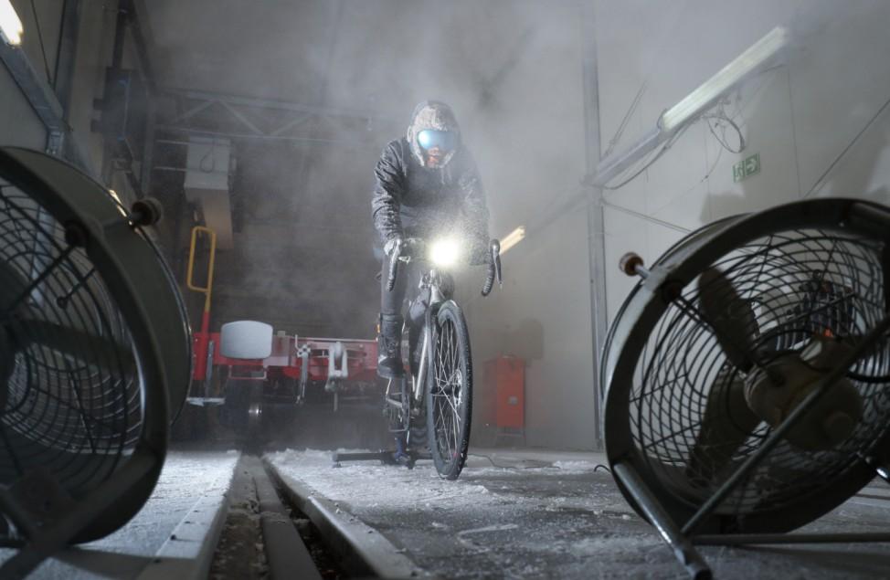 Extrem-Sportler Jonas Deichmann in der Kältekammer