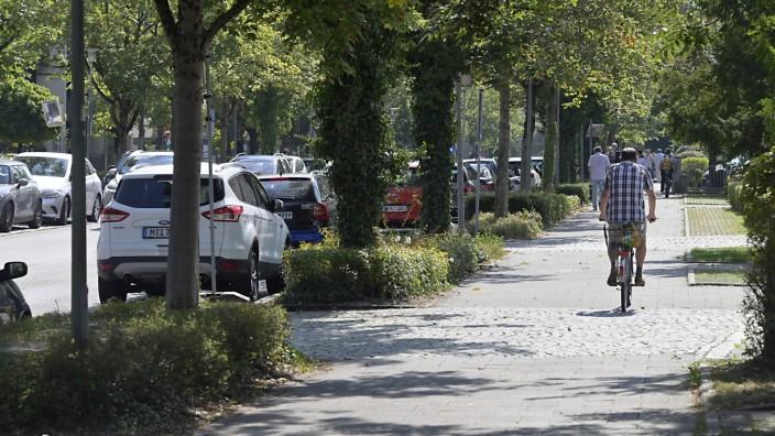 Unterhaching: Radfahrer am Rand, Autoverkehr in der Mitte - gewohntes Bild in Unterhaching. Die Hauptstraße soll nun zu einer Fahrradstraße werden.