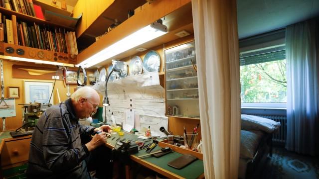 Modellbauer Anton Happach in seiner Wohnung in Berg am Laim, Halserspitzstr. 8