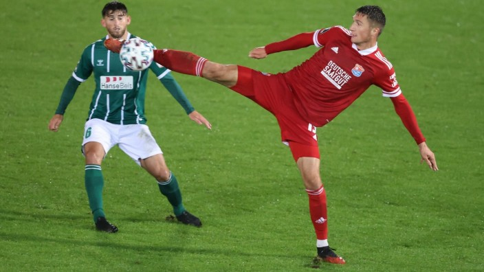 Christoph GREGER ( 15,UNT) vor Luebecks 6 Elsamed Ramaj. Fussball, SpVgg Unterhaching (UNT) - VfB Luebeck (LUE), 3.Liga