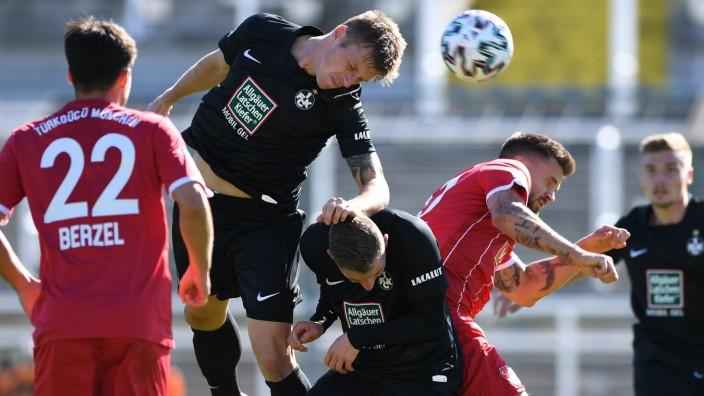 Marvin Pourie (Kaiserslautern, 9) köpft aufs Tor, 27.09.2020, München (Deutschland), Fussball, 3. Liga, Türkgücü Münche