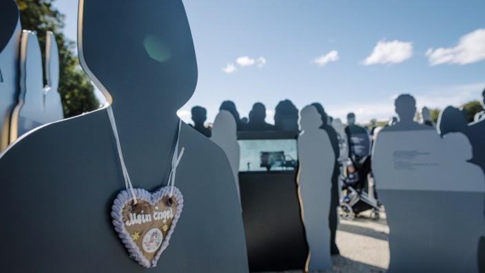 Oktoberfestattentat: 234 Figuren stehen für die Opfer des Oktoberfestattentats. Auf ihnen erläutern Inschriften und Bilder die Tat.