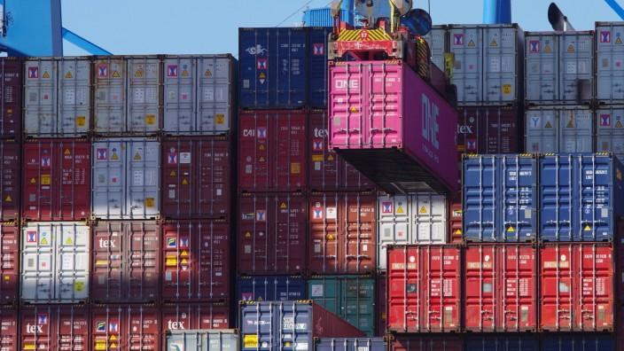Weltwirtschaft und Wirtschaft Deutschland während der Corona-Pandemie: Containerumschlag im Hamburger Hafen. *** Global