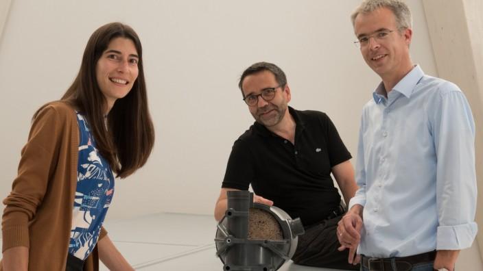 Die Professoren Christian Schaum (re.) und Steffen Krause mit Doktorandin Elena Joel betrachten ein Ultrafiltrationsmodul. Ein ähnliches Modul wird im Projekt in die Ultrafiltrationsanlage eingebaut werden.