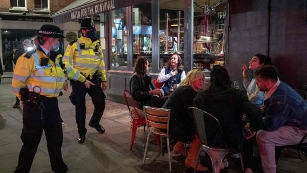 London: Polizisten vor einer Bar während der Corona-Pandemie