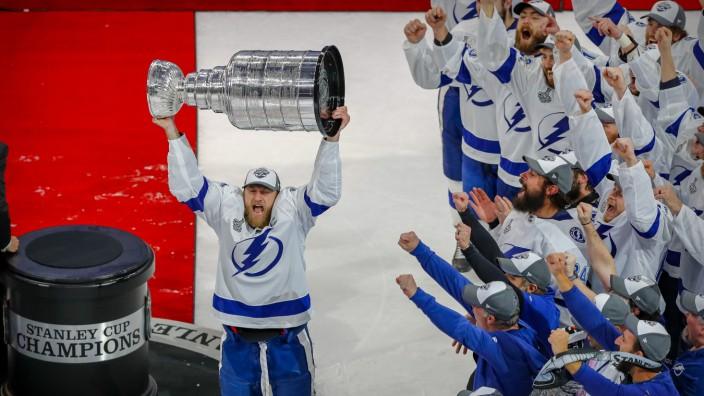 Stanley Cup 2020: Steven Stamkos von den Tampa Bay Lightning stemmt den Pokal in die Höhe