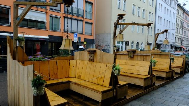 Im Herbst nass, im Winter überdacht und beheizt: Schanigärten in München.