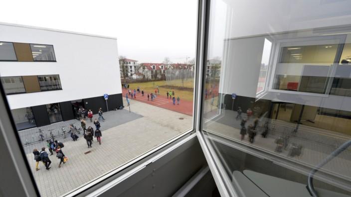 """Bildungspolitik: Viel Beton und versiegelte Fläche, dafür zu wenig Grün gebe es an ihrer Schule, bemängelt Direktorin Claudia Gantke generell. Rasenplatz und Allwetterplatz seien schlicht die """"Pflicht"""" und keine """"Kür"""", sagt sie."""