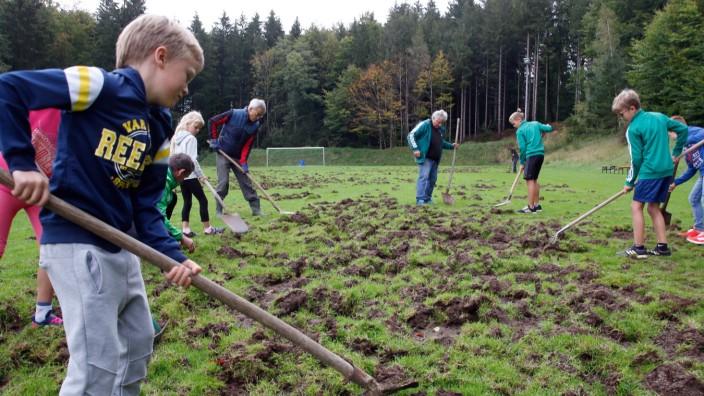 Kinder reparieren verwüsteten Fußballplatz; Freiwillige Helfer in Wangen im Einsatz