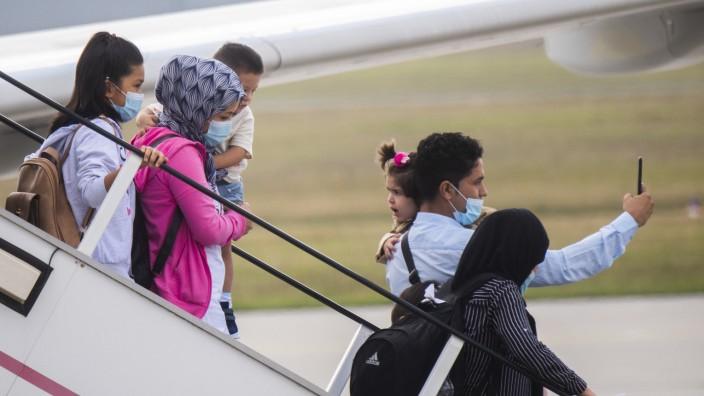 Sie kamen auf offiziellem Weg: Migranten steigen aus einem Flugzeug am Flughafen Hannover.