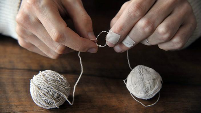 Reden wir über Geld: Jens Risch knotet Seidenfaden so lange bis ein Gebilde aus entsteht