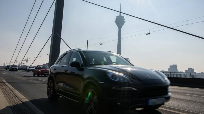 Themenbilder Eventuelles Fahrverbot in Düsseldorf 21 02 2018 Porsche Cayenne SUV auf der Rheink