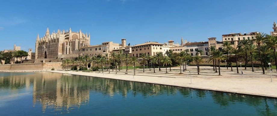 Wie ausgestorben ist der Bereich rund um die Kathedrale von Palma de Mallorca.
