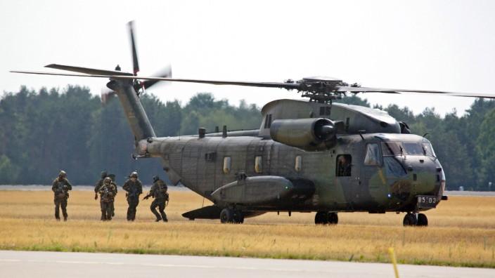 Tag der Bundeswehr in Holzdorf Ein mittelschwerer Transporthubschrauber vom Typ Sikorsky CH 53