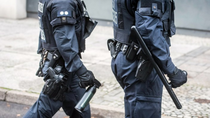 Berlin, Rechtspopulisten-Demo Wir für Deutschland Deutschland, Berlin - 03/10/2019: polizisten mit schlagstock und pfefferspray