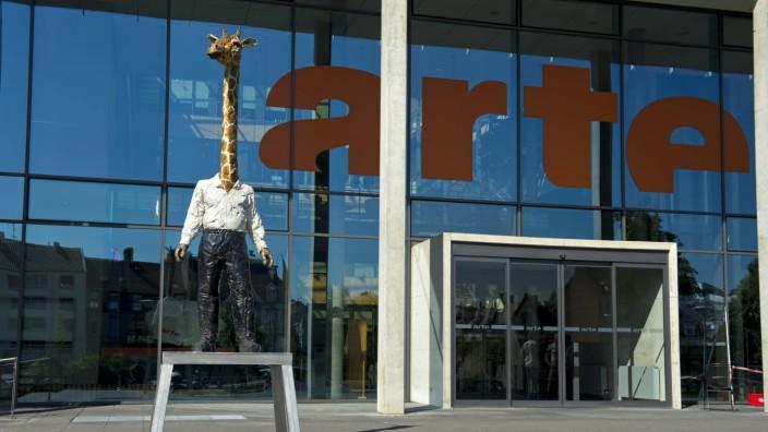 Skulptur Giraffenmann von Stefan Balkenhol vor dem Sitz des Fernsehsenders ARTE Strasbourg Elsass