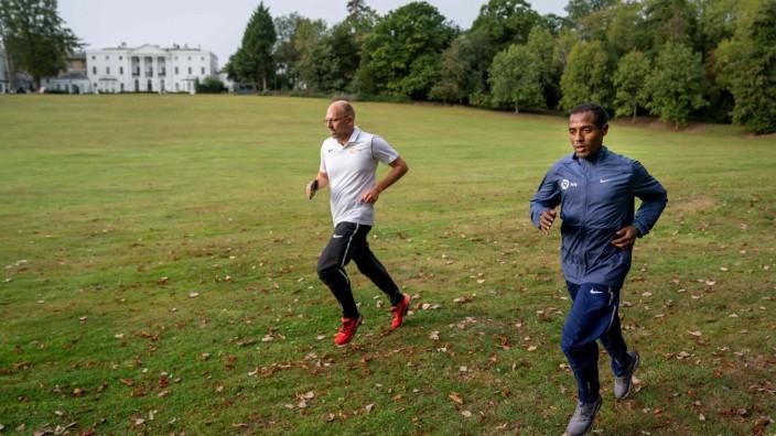 Marathon: Laufen in Corona-Zeiten: Kenenisa Bekele (r.) vor seinem Hotel in London.