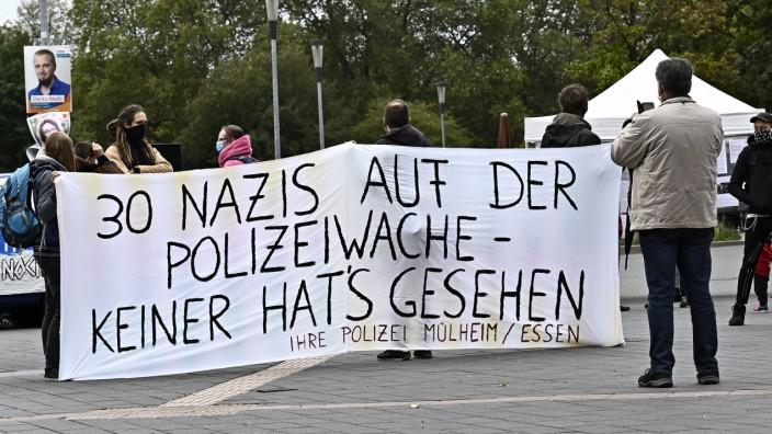 Polizei Essen/Mülheim-Ruhr,Nazi-Skandal erschüttert Nordrhein-Westfalen ( NRW ) Polizei-Beamte räumen Postings ein.Der S