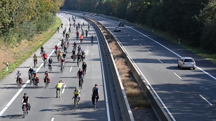 Fahrrad-Demo auf der Autobahn 49